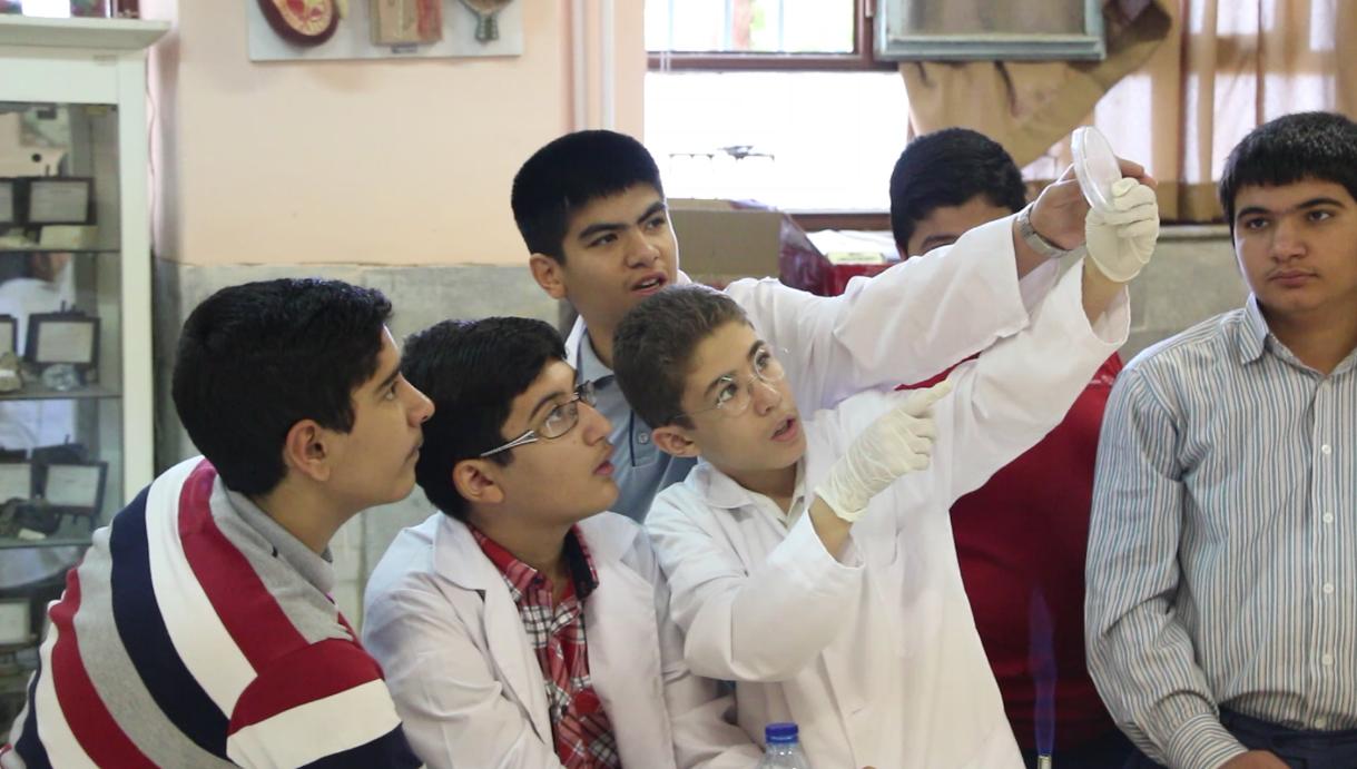 تصویری از کارگاه کار با باکتری اولین کارسوق مهندسی ژنتیک قطب مشهد، پسران