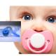 هنگامی که نوزاد پستانک را میمکد، مقداری از بزاق او از طریق یک لوله باریک به درون پستانک وارد میشود که با کمک آن توانستهاند بر سلامت نوزاد نظارت کنند.